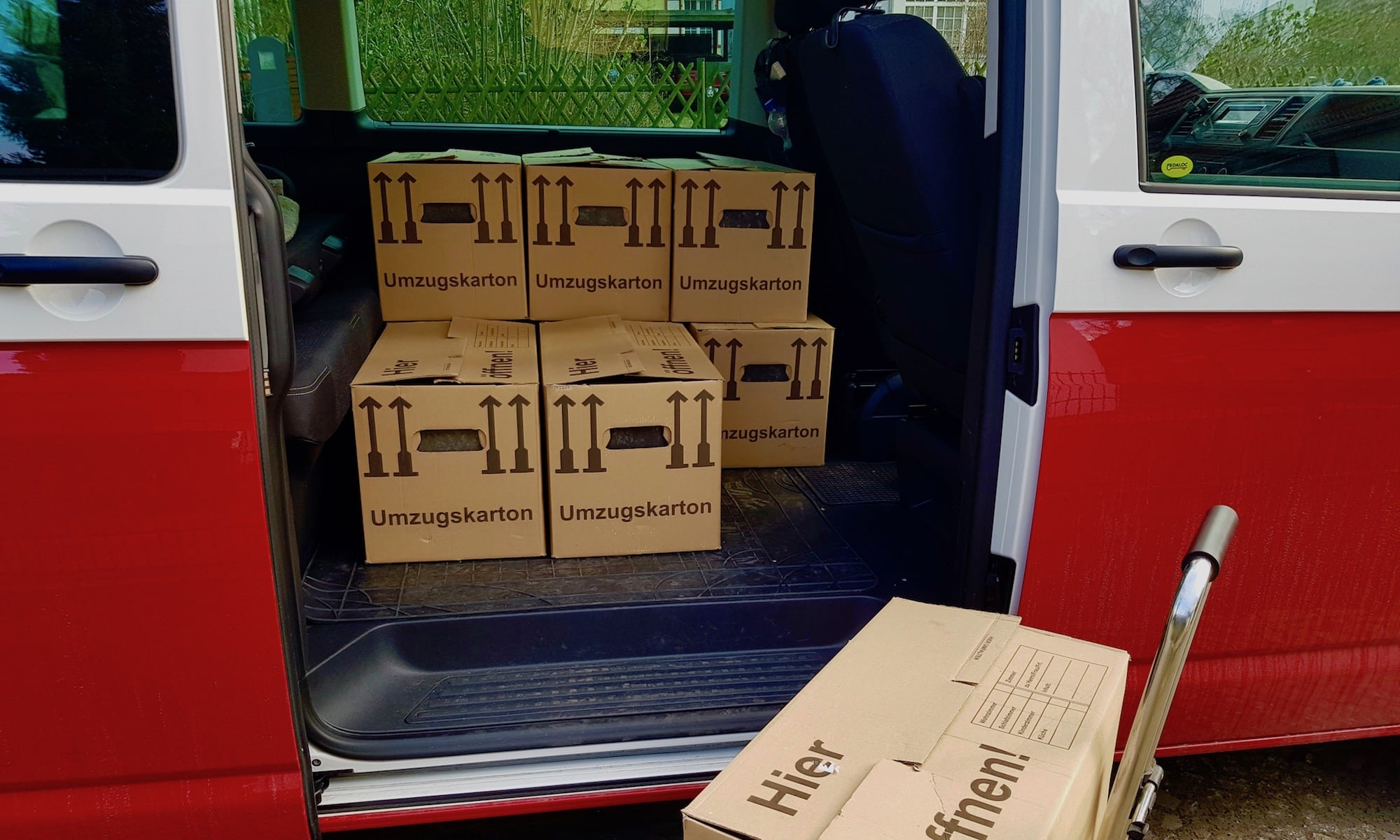 Umzugskartons im Bulli T6 Multivan| Foto: BulliT6.de
